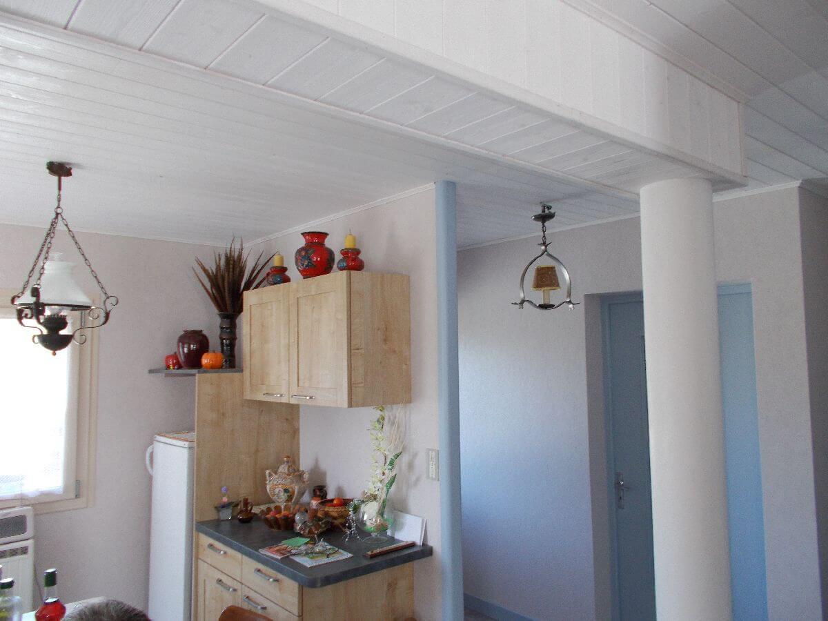 Lambris bois blanc faux-plafond + Habillage poutre béton