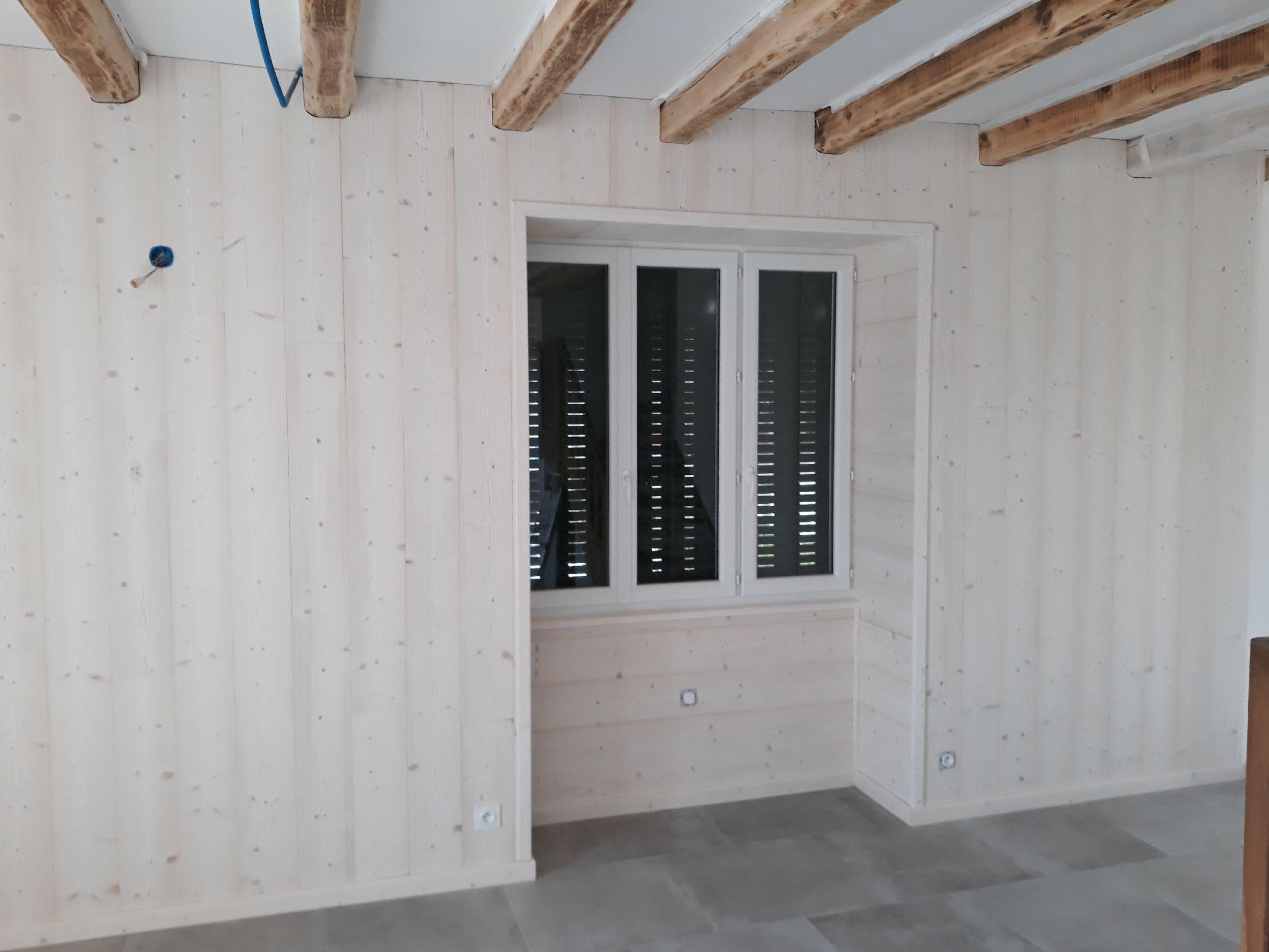 RÉNOVATION - SALON - Lambris Bois blanc aspect brossé